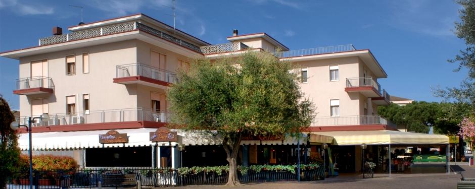 Vista dalla piazzetta del Residence Condominio Roma